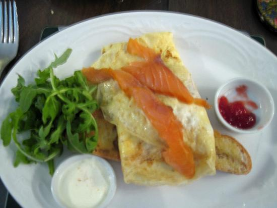 The Cairn Bay Lodge: Smoked Salmon Omelet with Rocket