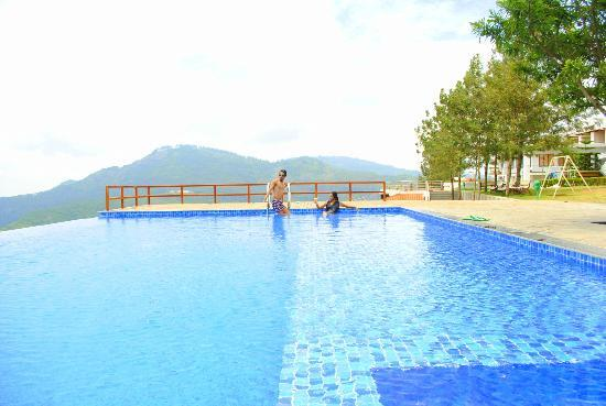 Grand Palace Hotel & Spa Yercaud: SWIMMING POOL HILL VIEW