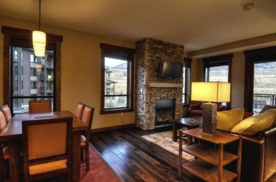 Trailhead Lodge: Living Room