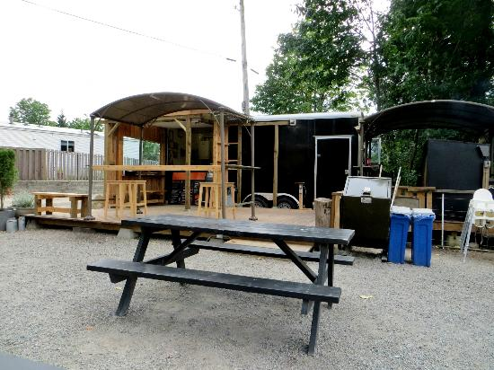 The Campfire Grill Smokin' Barbecue: Sitting area, picnic tables