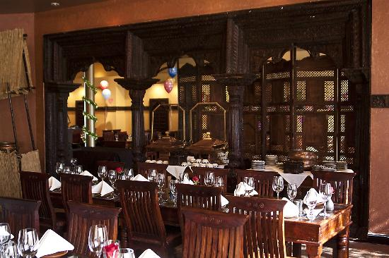 Madhuban Indian Cuisine: Wood carved doors dividing the interior parts.