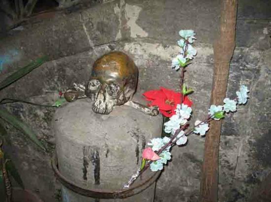 Complesso Museale Santa Maria delle Anime del Purgatorio ad Arco: one of the bronze skulls