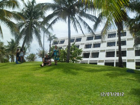 Jardines picture of oasis cancun cancun tripadvisor for Jardines oasis valdetorres