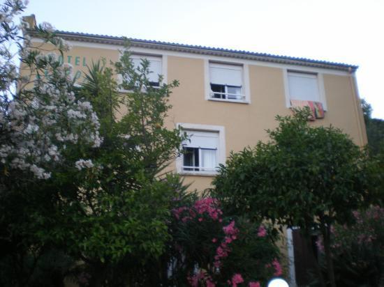 Hotel Paradis : Notre chambre en haut à gauche, avec serviettes au retur de la plage!
