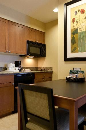 Homewood Suites by Hilton Phoenix Airport South: Suite kitchen