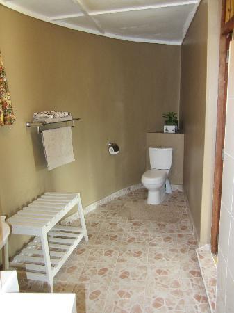 Dea's Gardens Guest House: Bathroom
