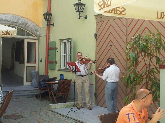 Meriton Old Town Garden Hotel: Live-Musik zum Kaffee