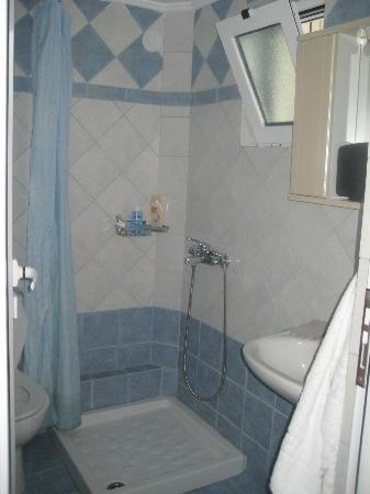 Maria Yiannis Apartments: Bathroom