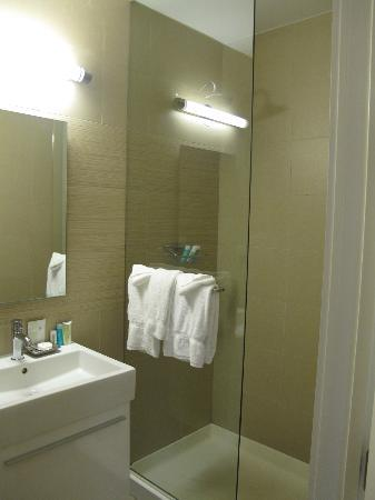 The MAve Hotel: Bathroom