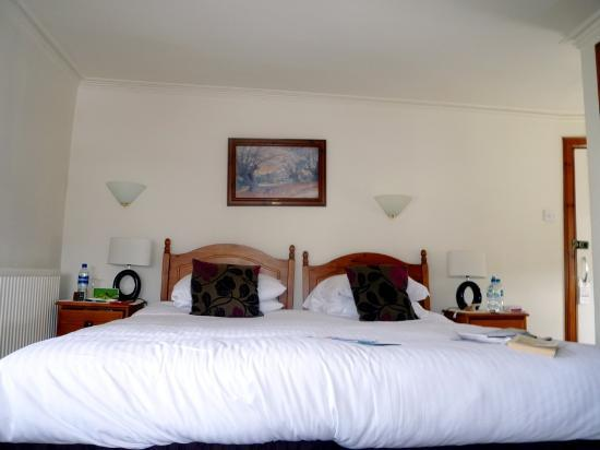 The Golf Hotel: Large bed in room n°7 which takes most of the room's space