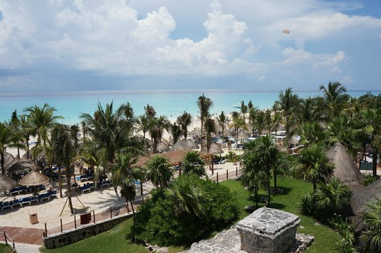 Sandos Playacar Beach Resort: Overlooking beach