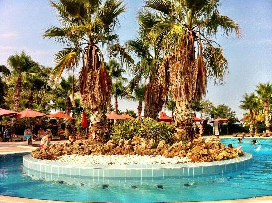 Akka Alinda Hotel: Swimming pool (front of the hotel)