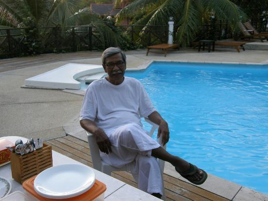 Sari Village Holiday Homes: zainol our host
