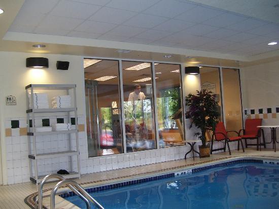 Hilton Garden Inn Gettysburg : Small gym overlooks pool