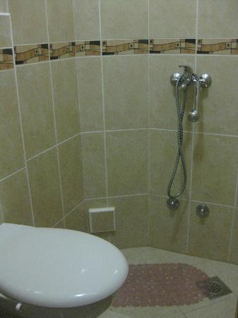 Baño (pequeño y sin cortina en la ducha) - Picture of ...