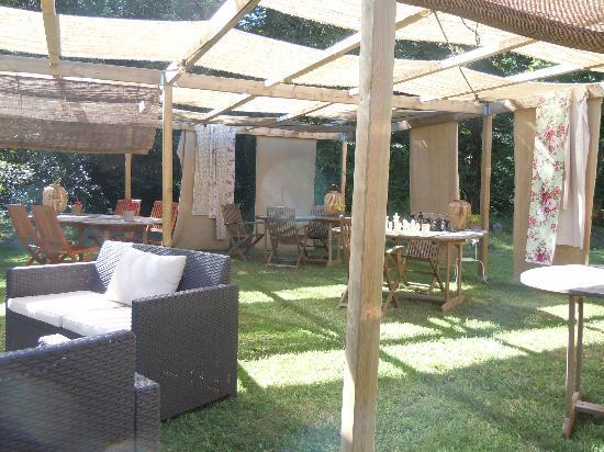 Chateau La Thuiliere: Outdoor dining area