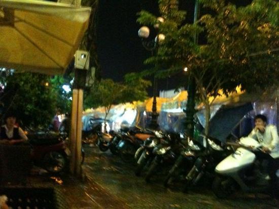 A&EM Phan Boi Chau Hotel: then the waitress sat down ;-)