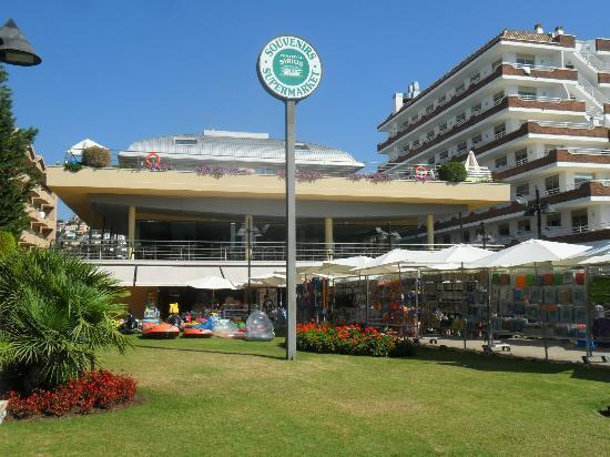 Hotel Checkin Sirius : L'hotel (au premier le bar, au second la piscine)