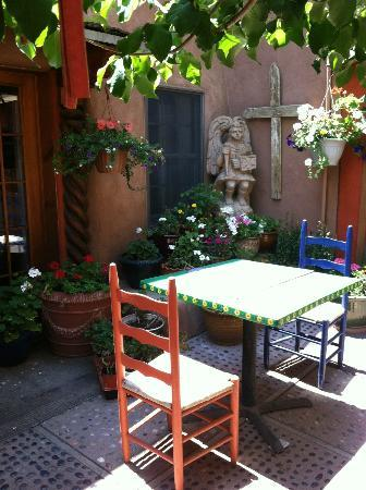 La Dona Luz Inn, An Historic Bed & Breakfast: Lovely patio off our Yellow Bird Suite