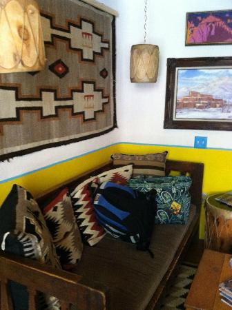 La Dona Luz Inn, An Historic Bed & Breakfast: Our sitting room..loved the colors