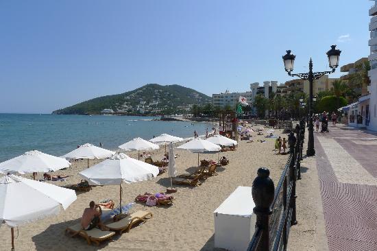 Apartamentos Parot Quality: Santa Eularia beach - had posh umbrellas and deck chairs for hire
