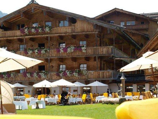 Bio-Hotel Stanglwirt: Terrasse an der Kaiserwiese