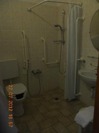 La Rocca Hotel: Bathroom