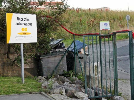 Premiere Classe Boulogne - Saint Martin les Boulogne: Rear gate into hotel grounds