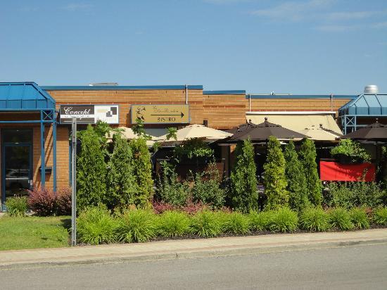 Le Tire-Bouchon : Façade du restaurant avec sa terrasse.