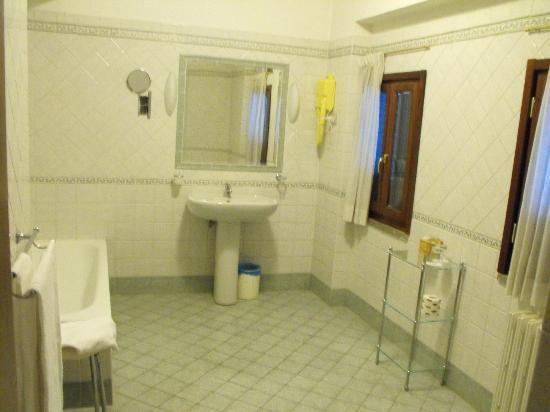 Grand Hotel Villa Fiorio: huge bathroom!