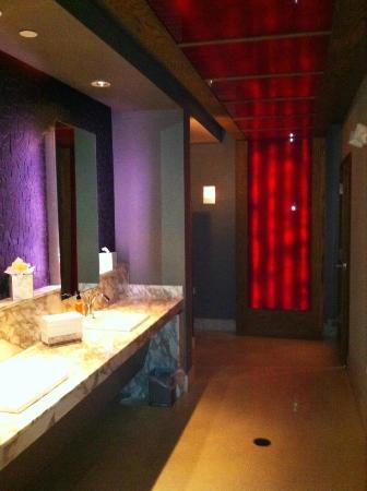 The Wave Kitchen and Bar: Bathroom (no one was in it when I took the picture)...looks like South Beach