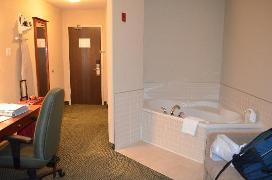 Super 8 Windsor NS: Some rooms have Jacuzzi tubs.