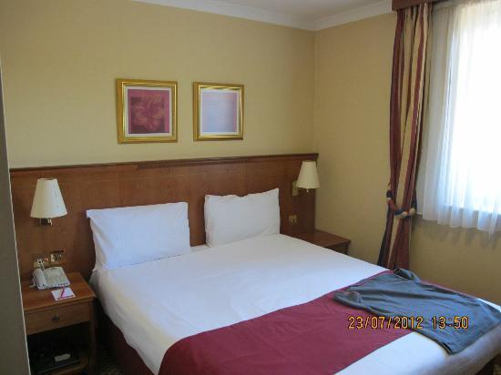 Ramada London South Ruislip: Comfortable double bed