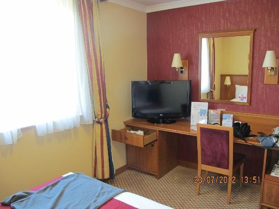 Ramada London South Ruislip: Pleasant bedroom