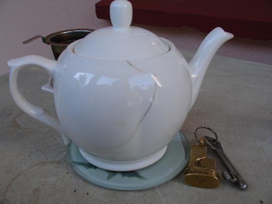 Schloss Frauenmark: gesprungene Teekanne gehört auf den Müll