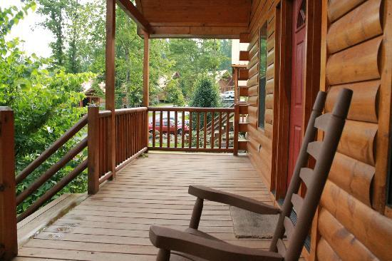 ‪‪White Oak Lodge & Resort‬: Front porch of cabin