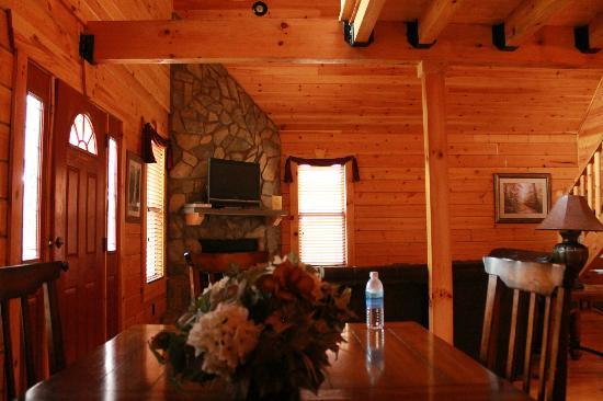 White Oak Lodge & Resort: Living/Dining area of cabin