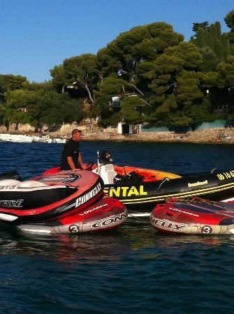 Cap Ferrat Watersports : So many boats -and jet-skis