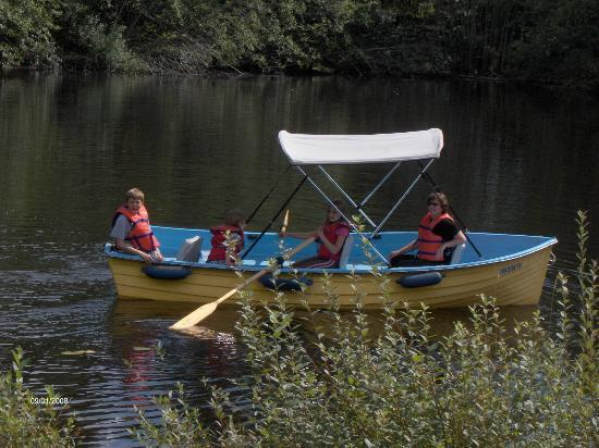 Mountainaire Campground and RV Park: Bring your canoe and paddle around the pond.