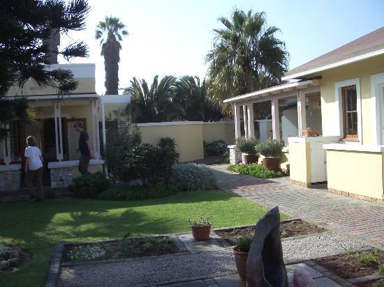 Cornerstone Guesthouse: ruhige gepflegte Gartenanlage
