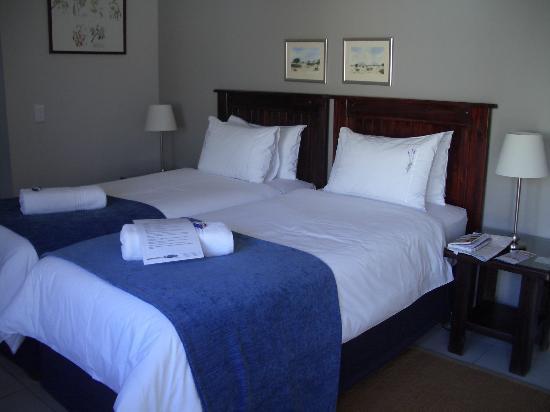 Cornerstone Guesthouse: Das Zimmer ist in weiß mit Lavendel Design gestaltet
