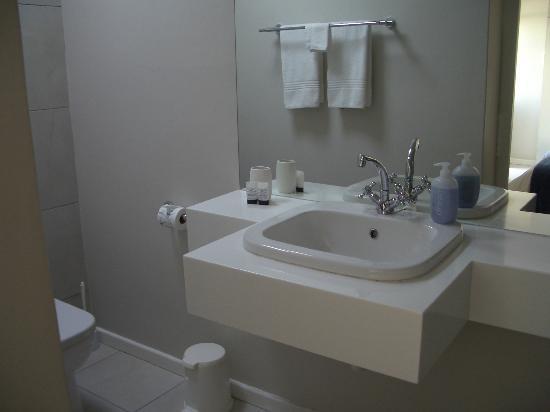 كورنرستون جيست هاوس: modernes weißes gepflegtes Badezimmer Auch hier wird der Lavendel Stil vorgeführt 