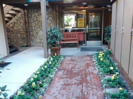 Creekside Inn: restaurant entry