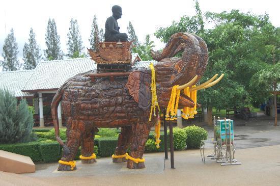 Huay Mongkol Temple: Elephantis