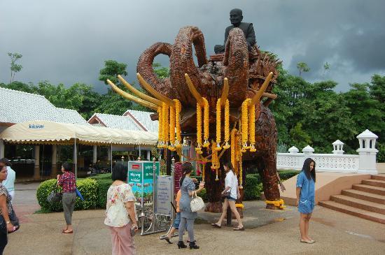 Huay Mongkol Temple: Nice view of the elephant with budda!