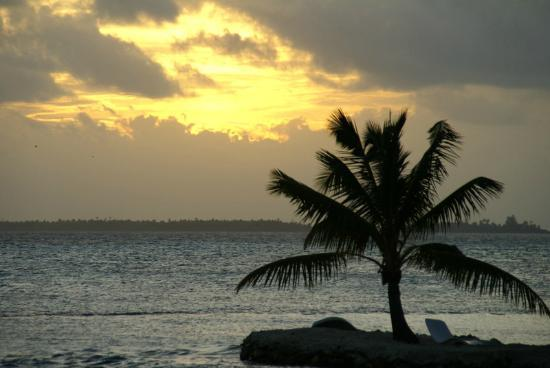 Vahine Island Resort & Spa: sun setting