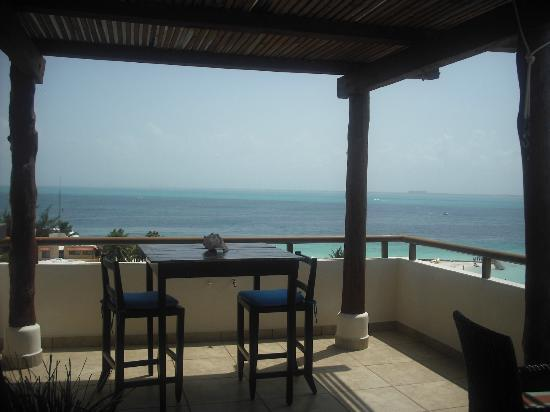 Ixchel Beach Hotel: One end of the large balcony