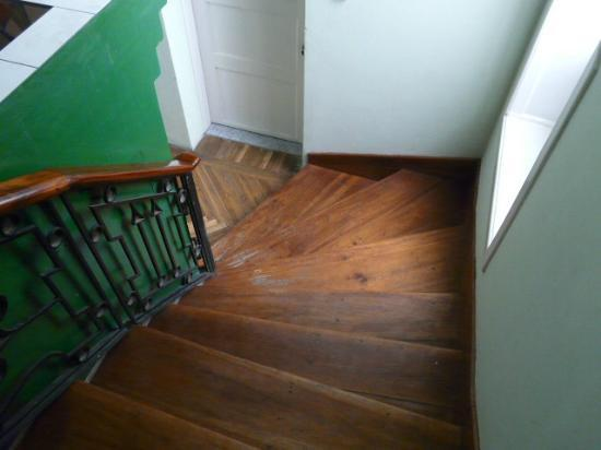 Hostal Zentrum: wooden floors and stairs