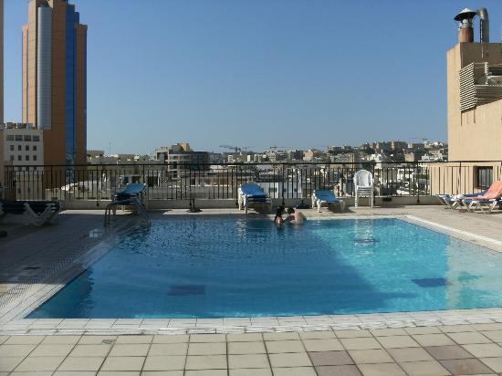 Golden Tulip Vivaldi Hotel: the roof top pool area