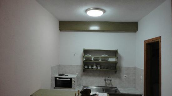 Vassilias Beach Apartments: The kitchenette next to our bed